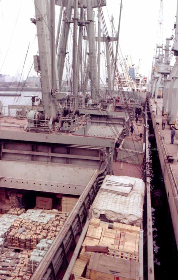 Stückgut-Schiff mit offener Ladeluke