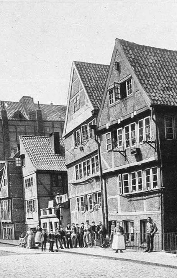 Die alten Wohngebäude am Brooksgraben. Ab 1883 wurden die Wohnviertel auf den Elbinseln Kehrwieder und Wandrahm abgerissen, um Platz für die Speicherstadt zu schaffen. Etwa 20.000 Menschen wurden zwangsumgesiedelt und ca. 1.100 Häuser abgerissen